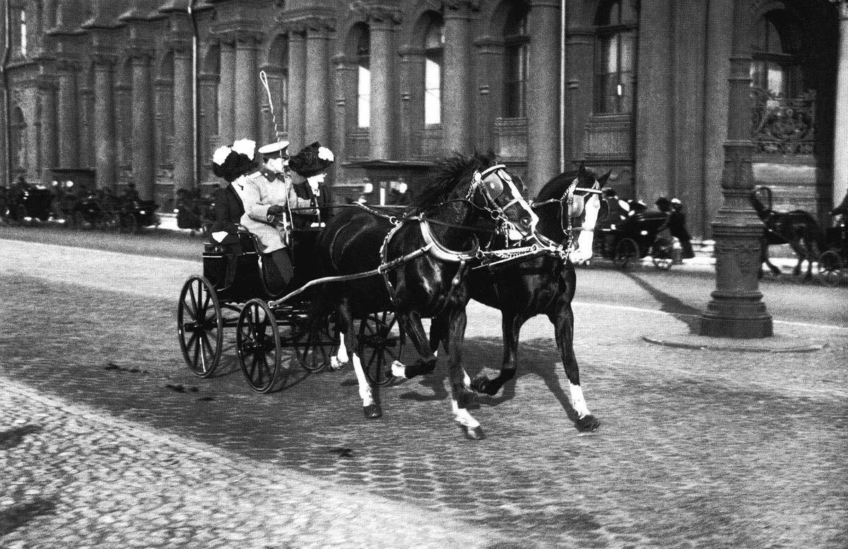 Прогулка по Дворцовой набережной. 1910