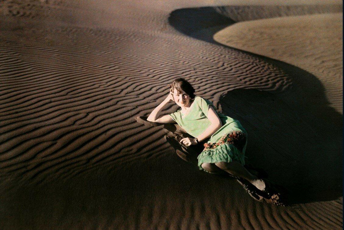 1929. Женщина в песчаных дюнах около Кресент-Сити, Калифорния,