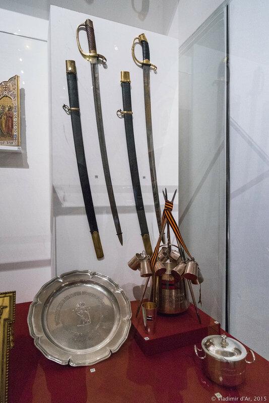 Шашки солдатская (слева), драгунская (справа) офицерская наградная – золотое оружие «За храбрость».