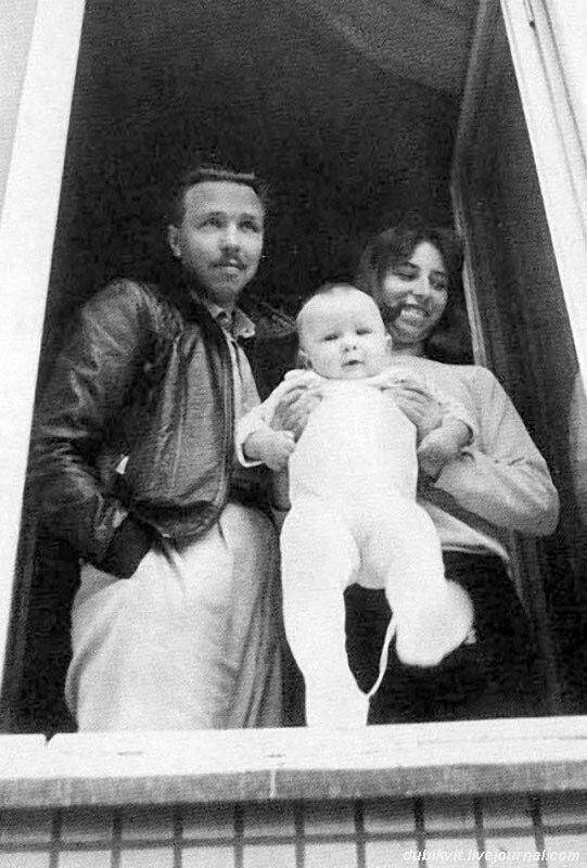 1135 В 1986 году Гарик Сукачев жил с женой и ребенком в рабочем Тушине на первом этаже блочного дома. Фото В. Марочкина.jpg