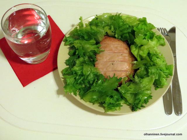 02один кусок нежирной свинины в гриле и  зеленый салат