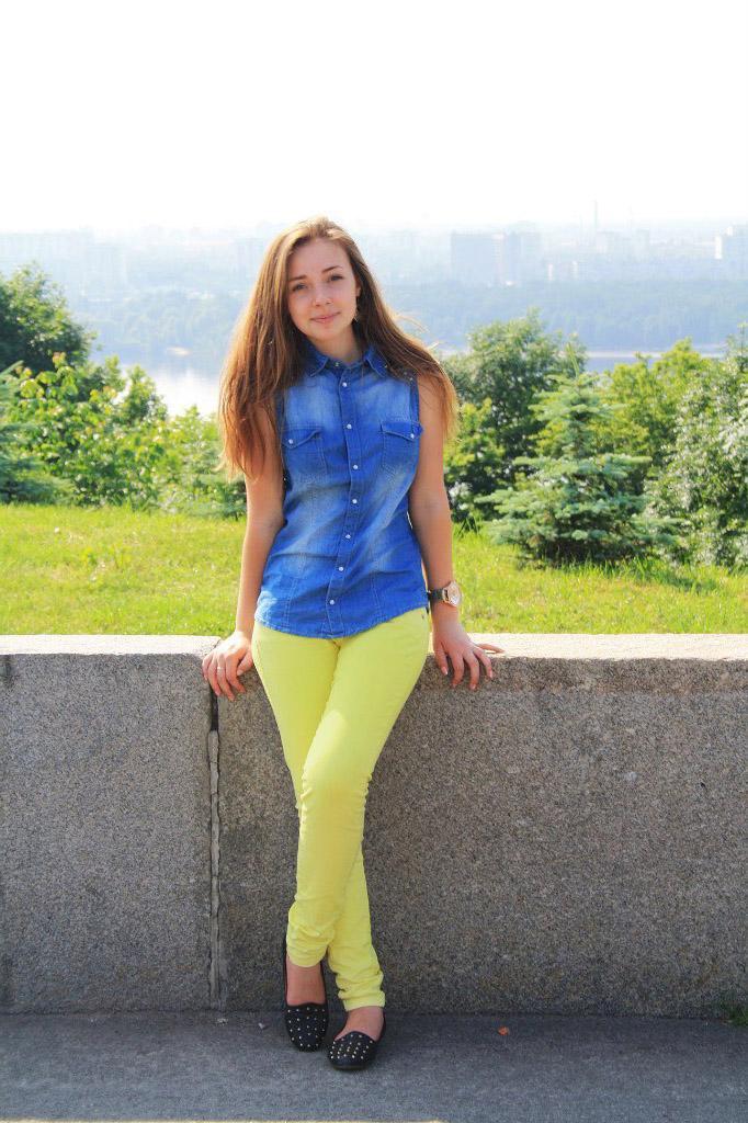 Юная девушка в джинсовой рубашке
