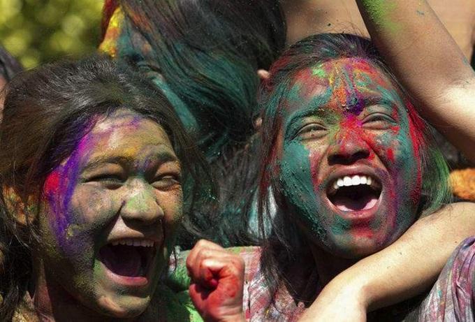 Брызги и цветной порошок на фестивале Холи в Непале