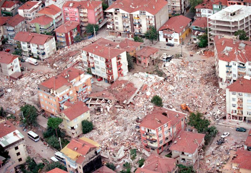 27. Последствия землетрясения в жилом районе, недалеко от турецкого города Измит 23 августа 2009 год