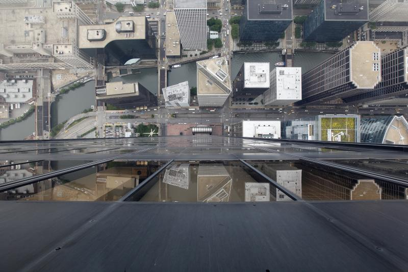 29. На этом снимке, сделанном 1 июля 2009 года со 103 этажа здания Тауэра в Чикаго, видны едущие по