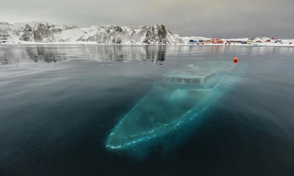Этот жутковатый корабль-призрак— бразильская яхта, потерпевшая кораблекрушение вбухте Ардли. Брази