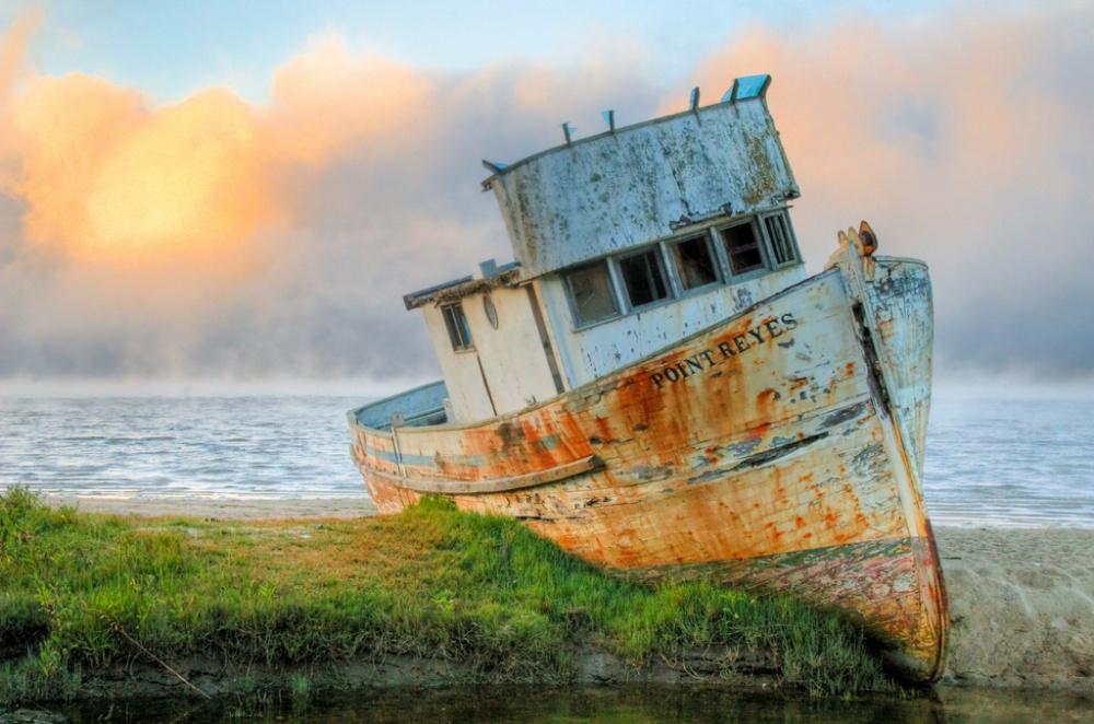 Заброшенный рыбацкий корабль «Пойнт Рейес» водноименном национальном парке около Сан-Франциско один
