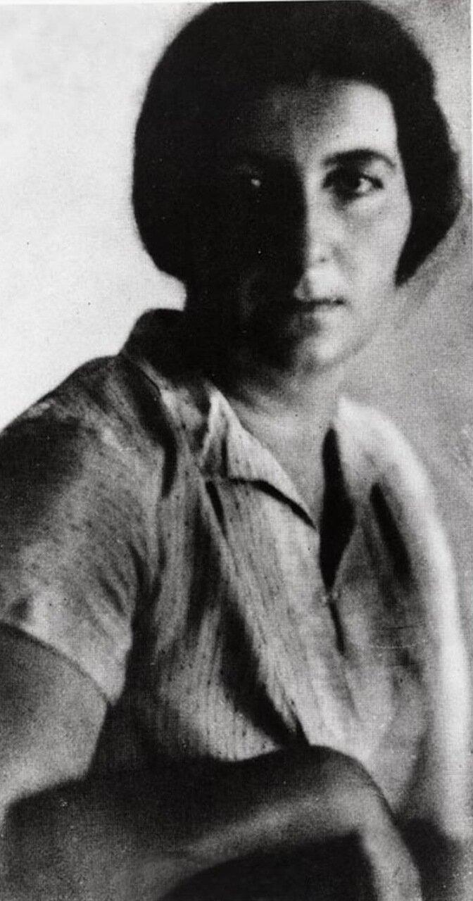 1920.  Голда Меир