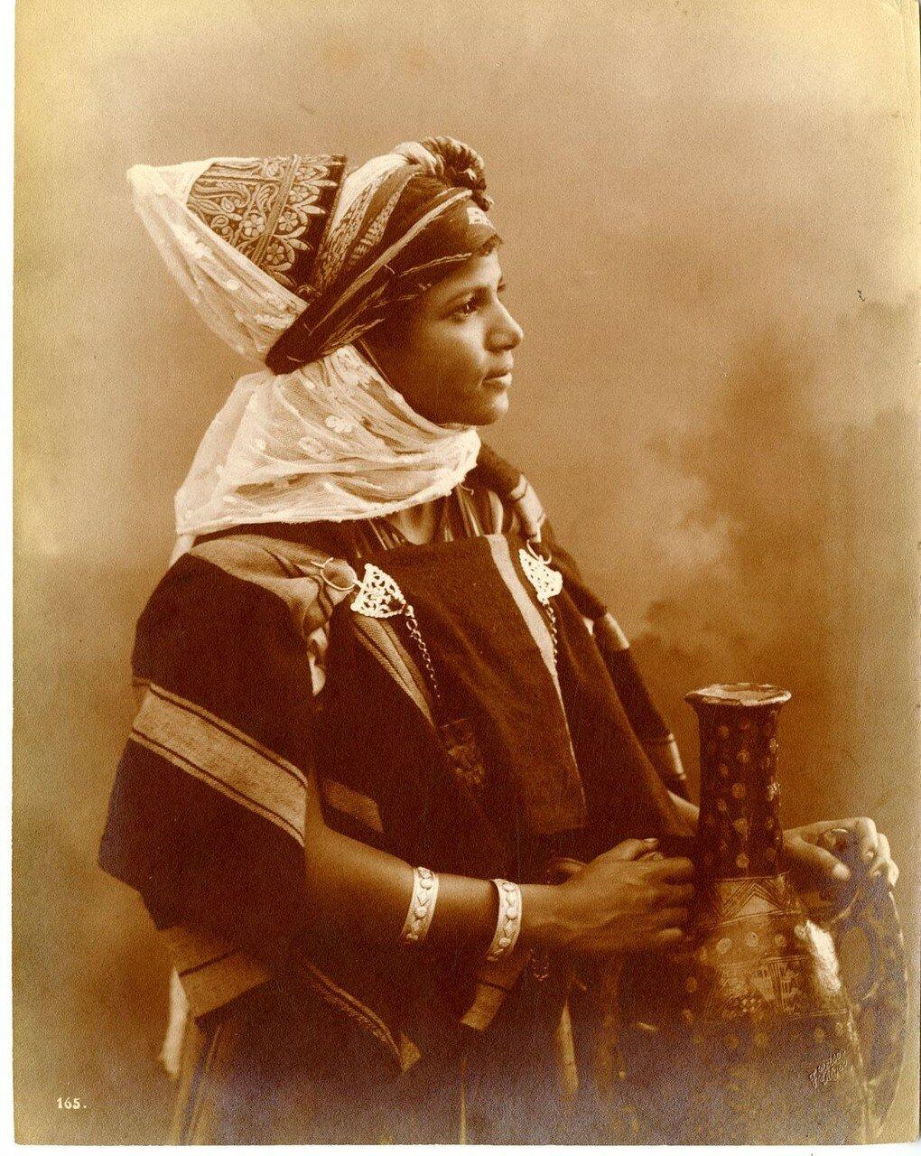 Молодая женщина с кувшином