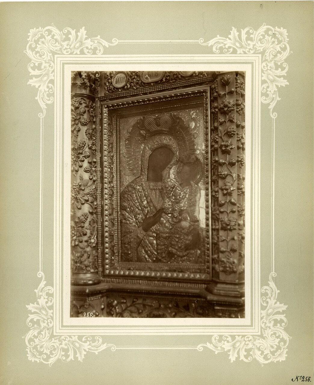 10. Чтимая в пустыни Иверская икона Божией Матери, находится в иконостасе соборного храма