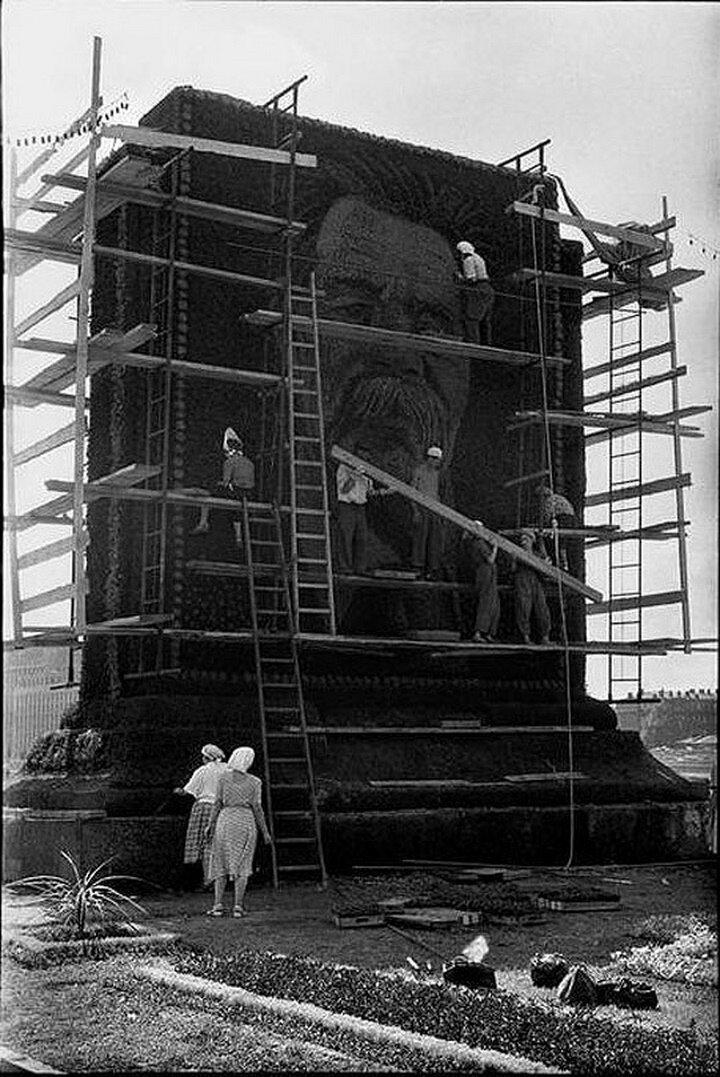 1954. Москва. Установка гигантского портрета Горького