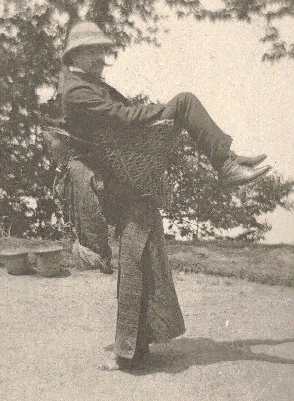 Британский торговец передвигается на спине у женщины из Сиккима. Западная Бенгалия около 1903