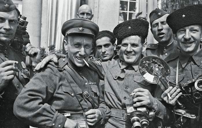 1945 Аркадий Шайхет с американскими репортерами на Одере.jpg