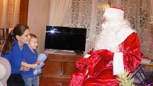 Дед Мороз дарит подарок Магнитогорск
