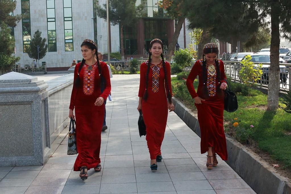 23. Есть правило: школьницы носят зеленые платья, учащиеся колледжа — синие, а студентки — красные.