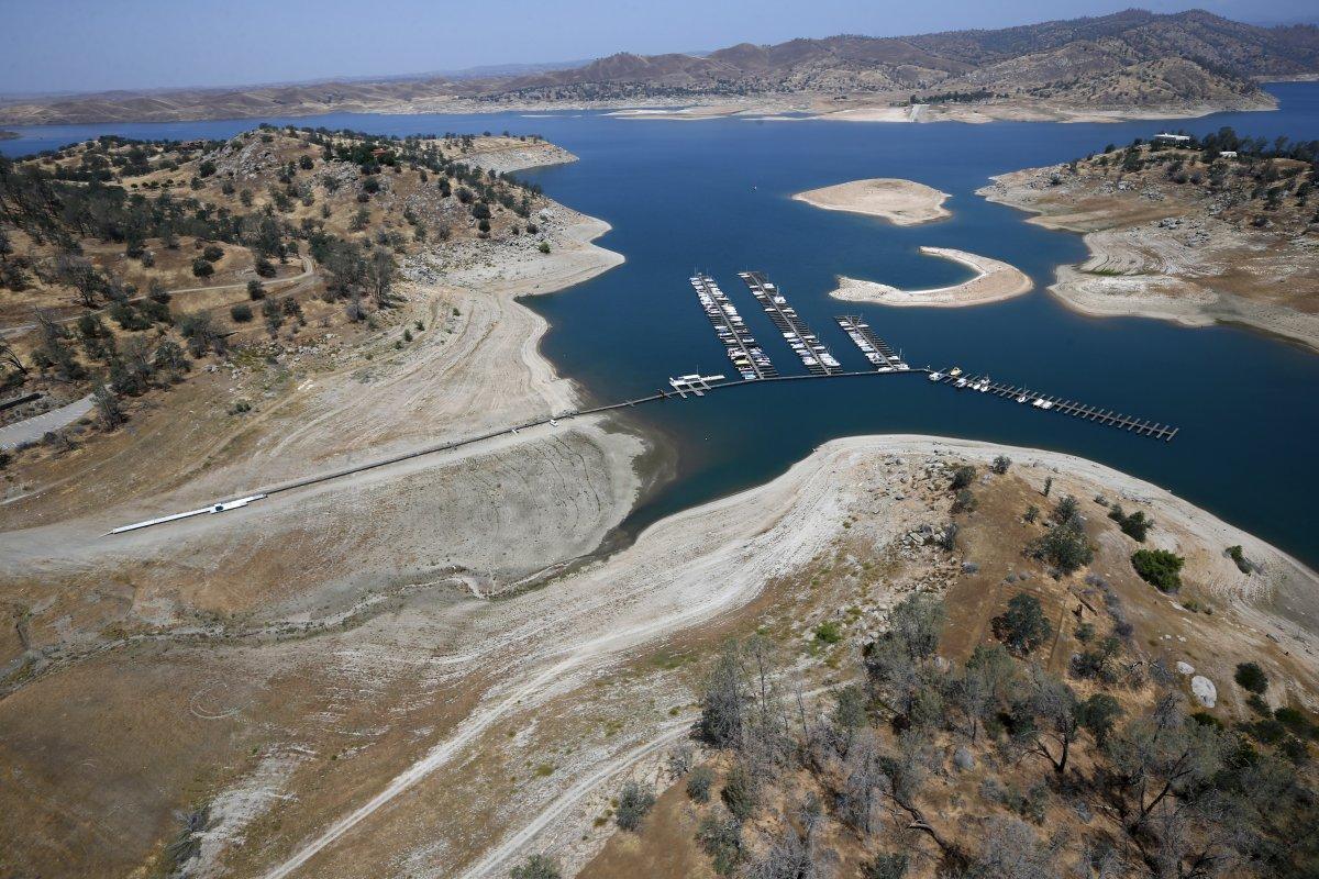 13. Эта пристань на озере Миллертон на реке Сан-Хоакин у города Фриант когда-то была в воде.