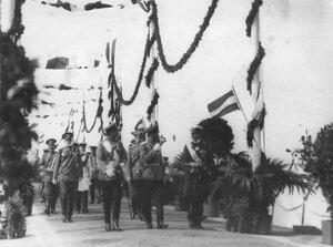 Императоры Николай II, Вильгельм II, принц Альберт с группой офицеров направляются на парад войск.