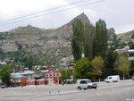 Вид с площади на гору Гуниб, точнее - на её верхнюю часть, т. к. сама площадь расположена намного ближе к вершине, чем к основанию горы.