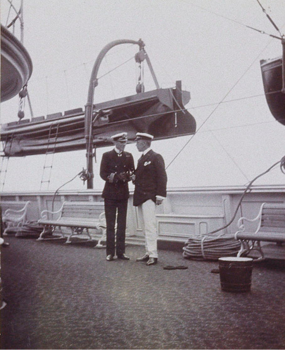 47. Морской офицер и джентльмен на палубе королевской яхты «Виктория и Альберт»