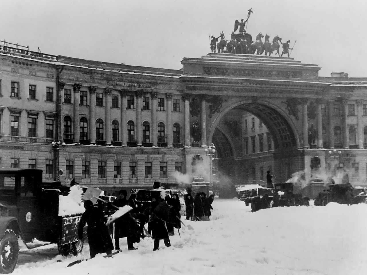 Уборка снега на площади Урицкого