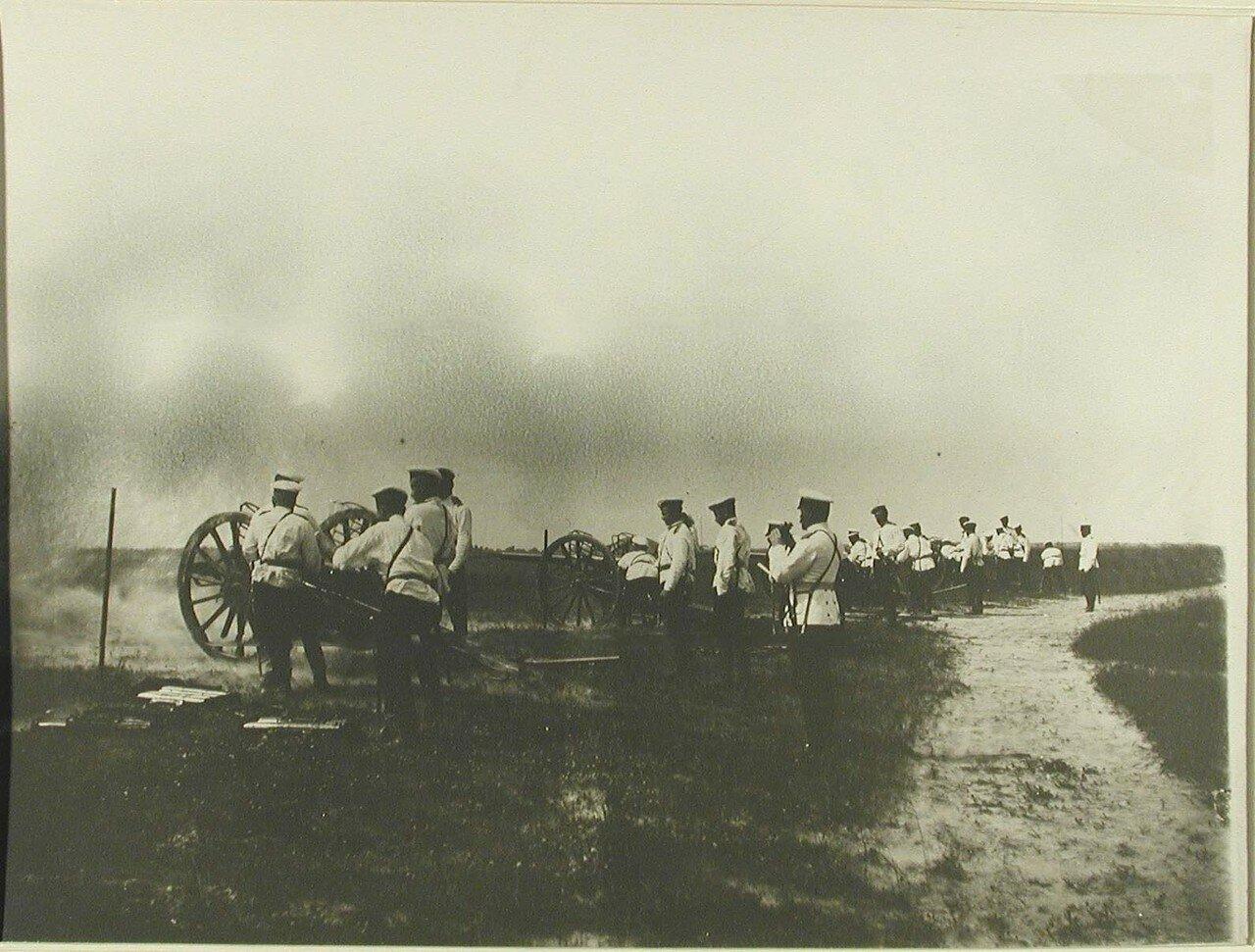 32. Юнкера во время учений - стрельбы из скорострельных орудий. Красное Село