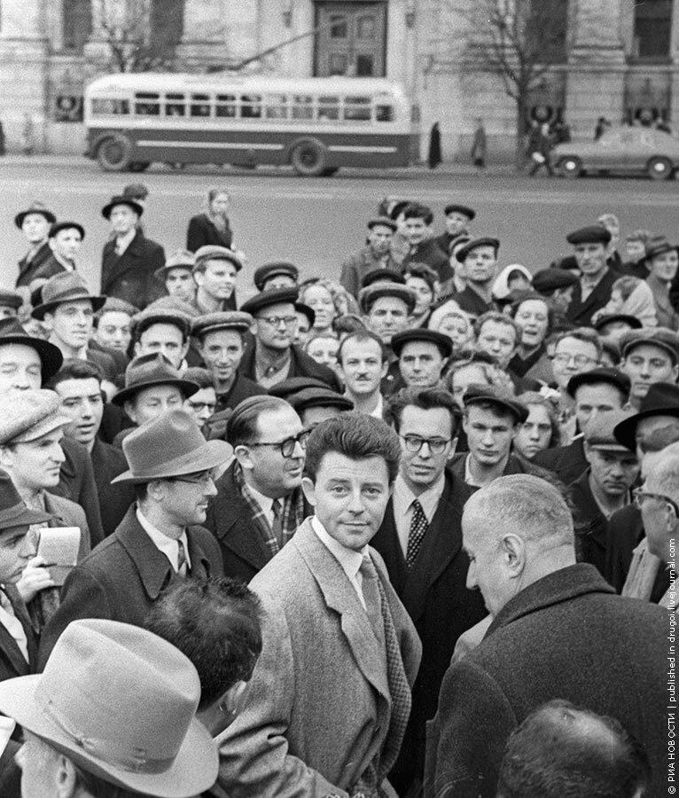 1955. Актер французского кино Жерар Филип (в центре) на улицах Москвы