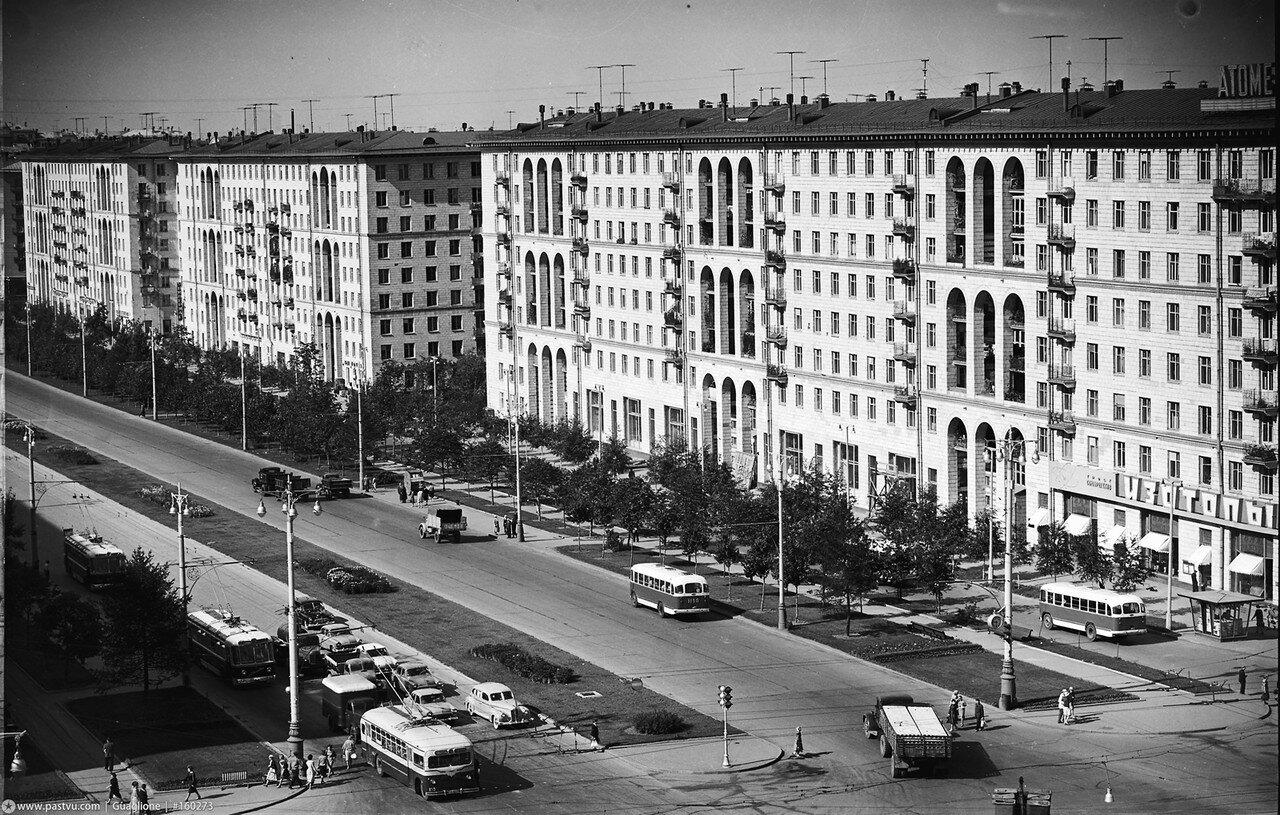 1962. Ленинский проспект у магазина Изотопы
