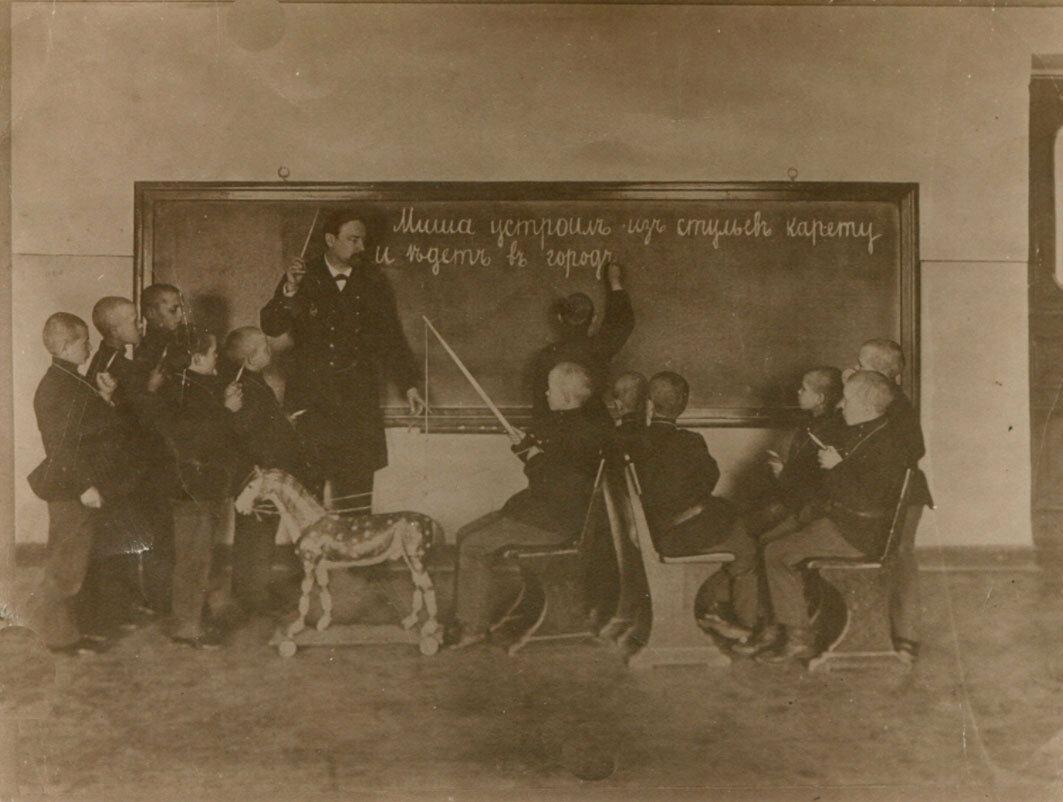 Урок грамматики в школе-интернате для глухонемых детей им. Ласточкиной. 1900