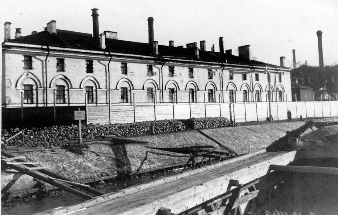 02. Вид здания завода со стороны Невы
