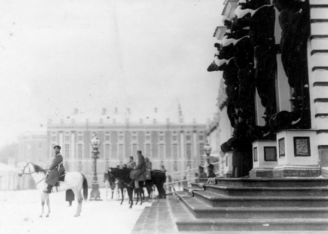 20.  Новобранцы проходят строем мимо императора Николая II. 14 апреля 1909