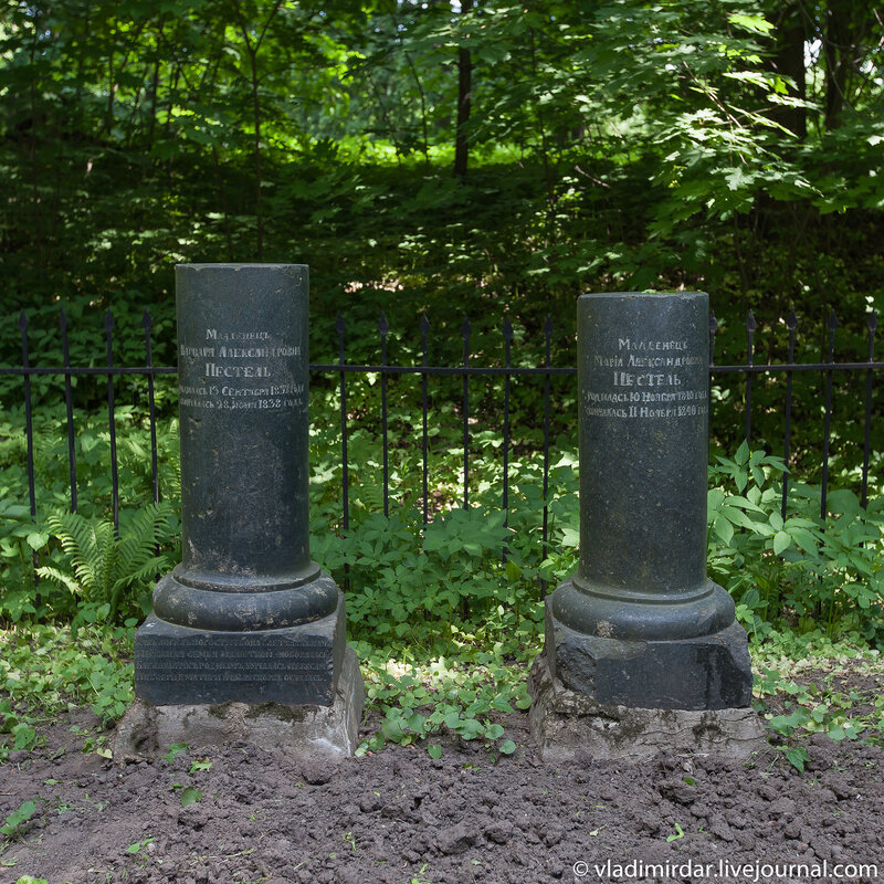 Памятники-тумбы девочек-младенцев Пестель