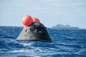 Космический корабль Орион после приводнения (фото NASA)