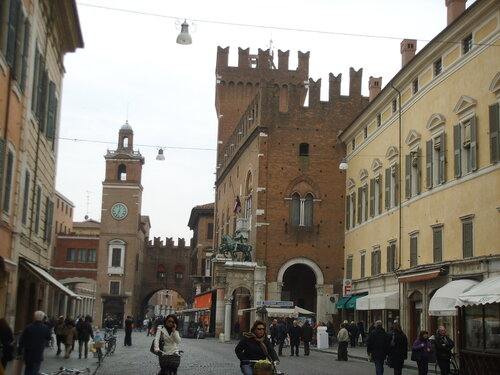Ferrara,_palazzo_municipale_e_piazza.JPG