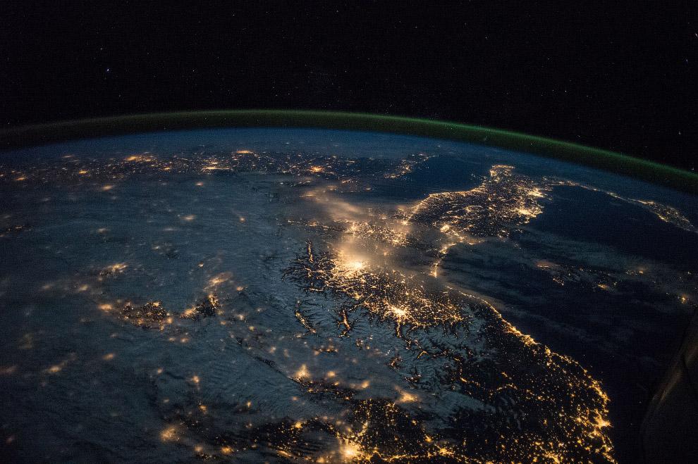 11. Ночной снимок южного полярного сияния 17 сентября 2011 года. Впереди — наш «Союз».