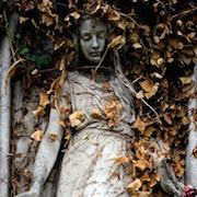 дева в листьях