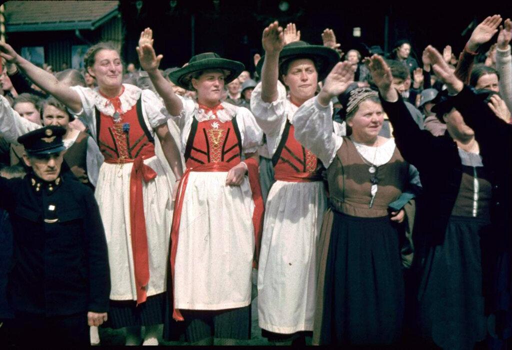 Жители г. Шварцах приветствуют вступающие войска во время аншлюса Австрии.
