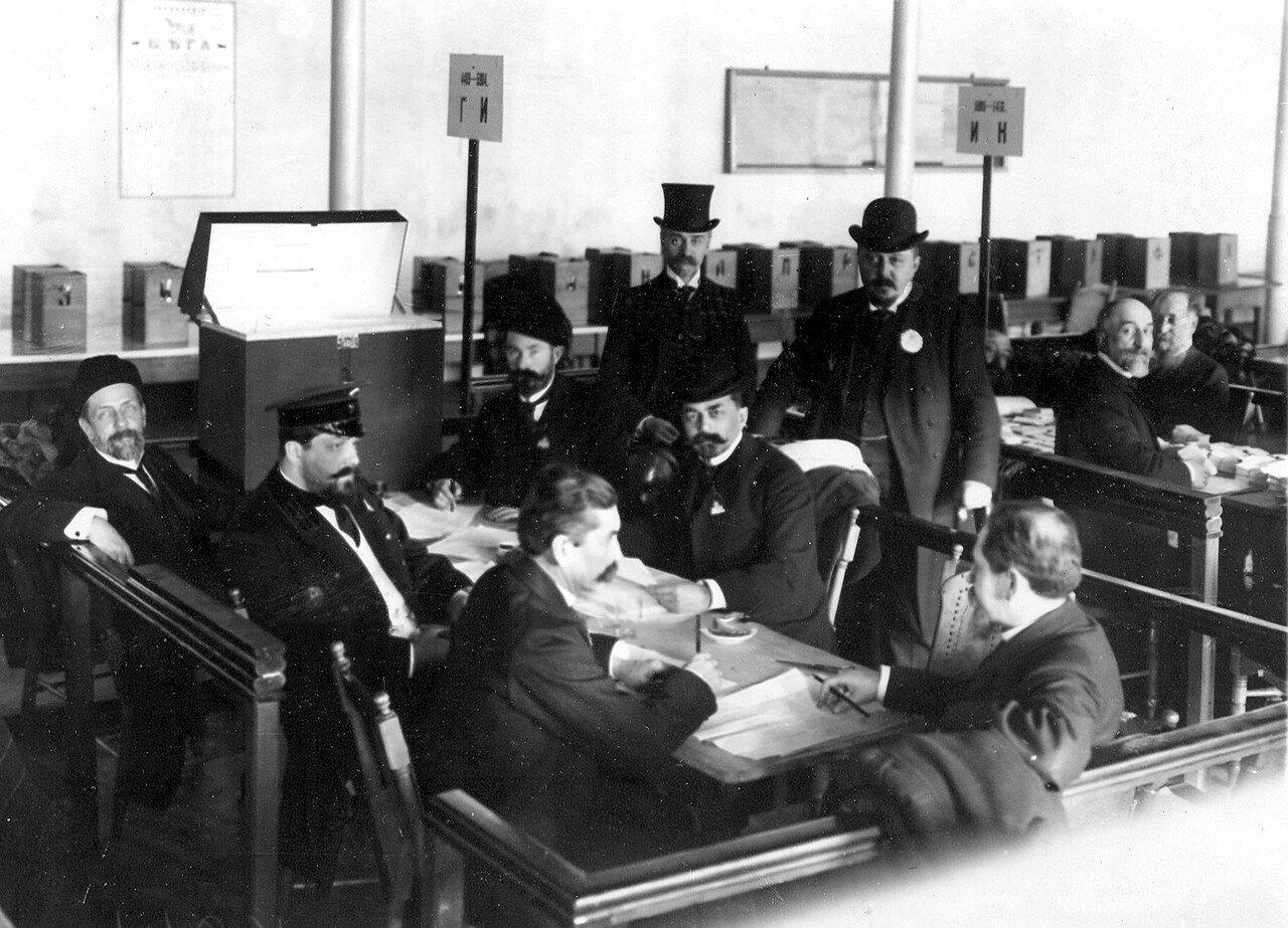21 марта 1906. Подсчет голосов в актовом павильоне Московской части, где происходили выборы выборщиков в Первую Государственную думу