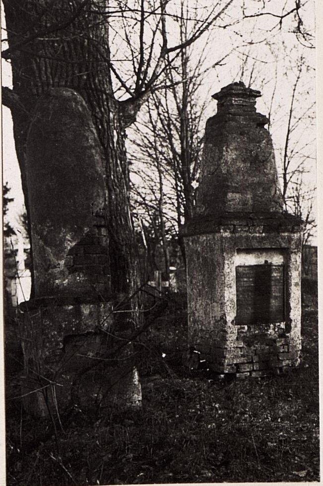 Могильные памятники на русском кладбище