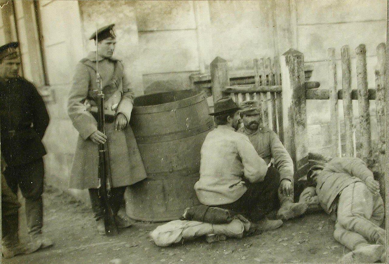 35.Русский солдат - конвоир около отдыхающих пленных австрийцев в полосе отчуждения станции