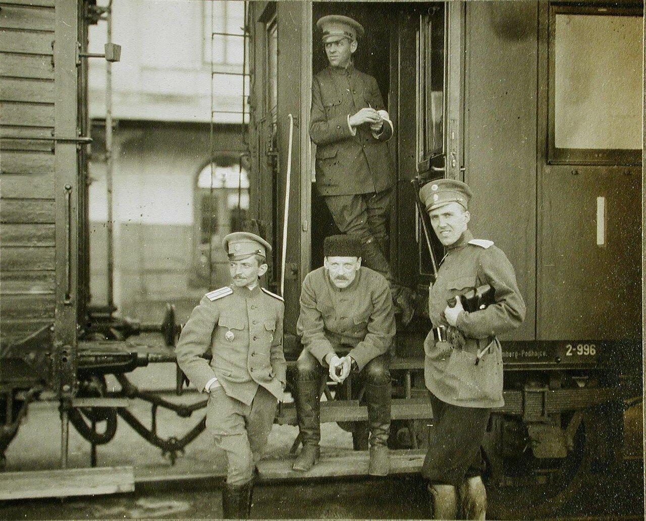 47.Полковник Асанович (слева) и господин Солдатенков с британскими и американскими корреспондентами