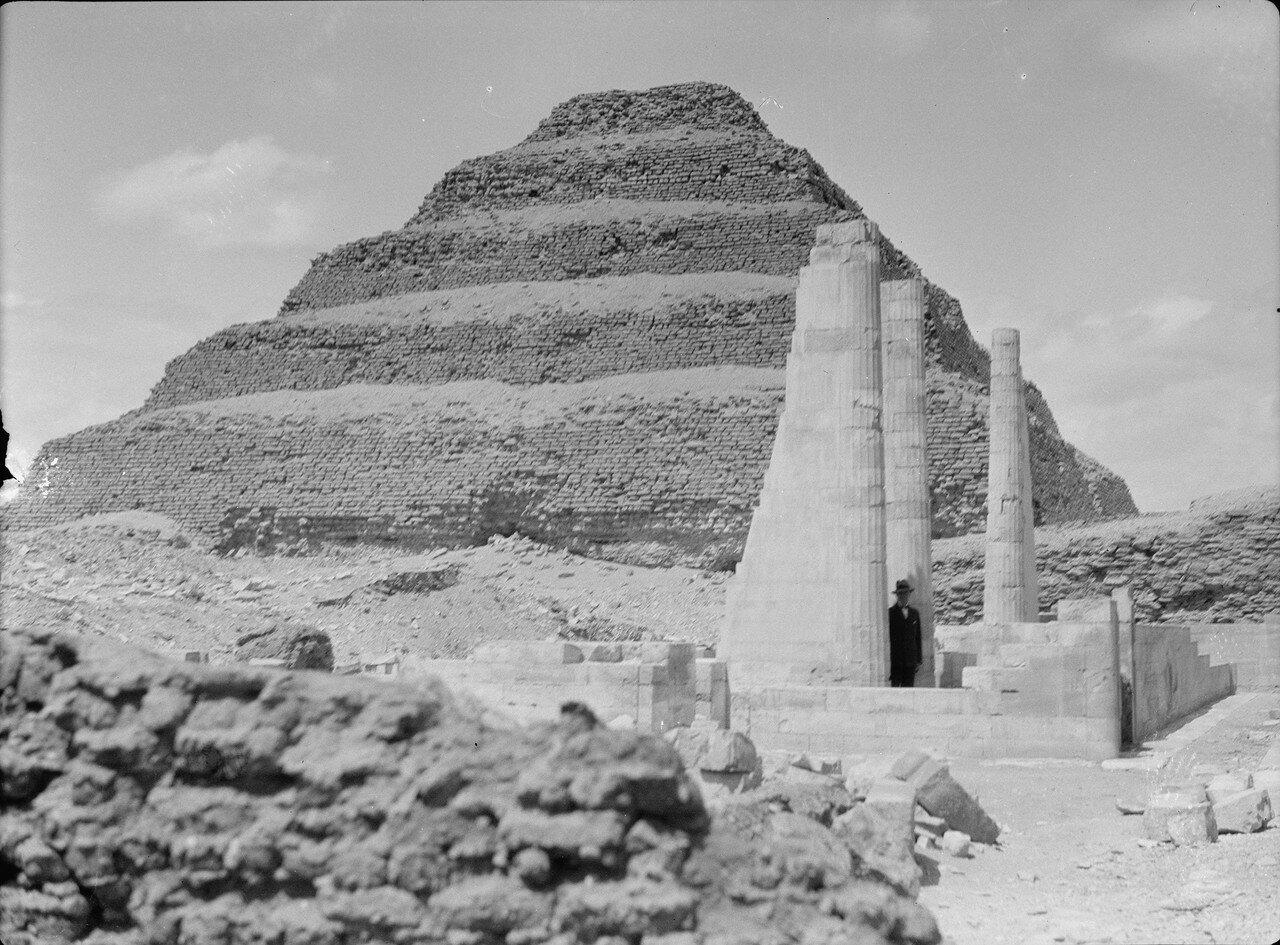 Саккара. Ступенчатая пирамида с раскопками храма на переднем плане. 1934
