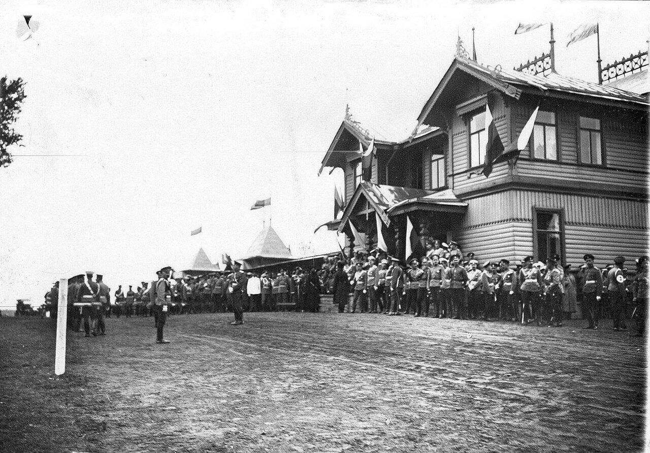 02. Офицеры красносельского лагерного сбора ожидают приезда императора Николая II
