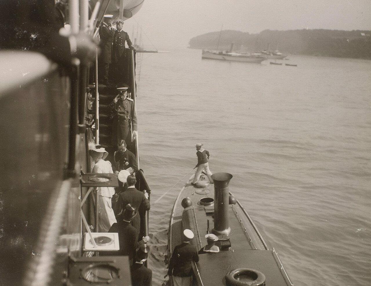 03.Николай II встречает членов британской королевской семьи, поднимающихся на борт Императорской яхты «Штандарт»