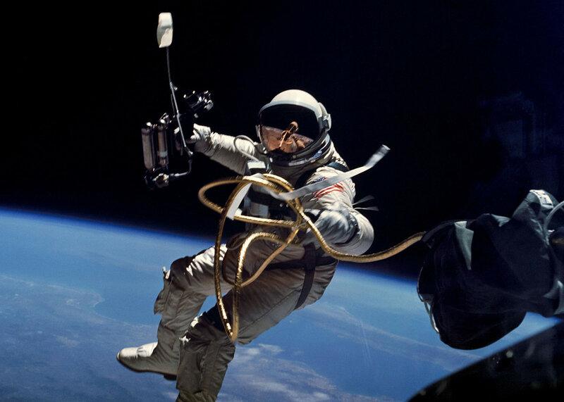 Во время миссии Джемини-4, 3 июня 1965 года, Эд Уайт стал первым американцем, вышедшим в открытый космос.jpg