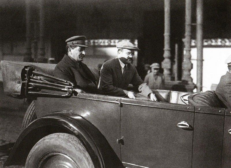 И.Сталин и В.Молотов после заседания 5 съезда Советов. Москва. 1929 г.jpg