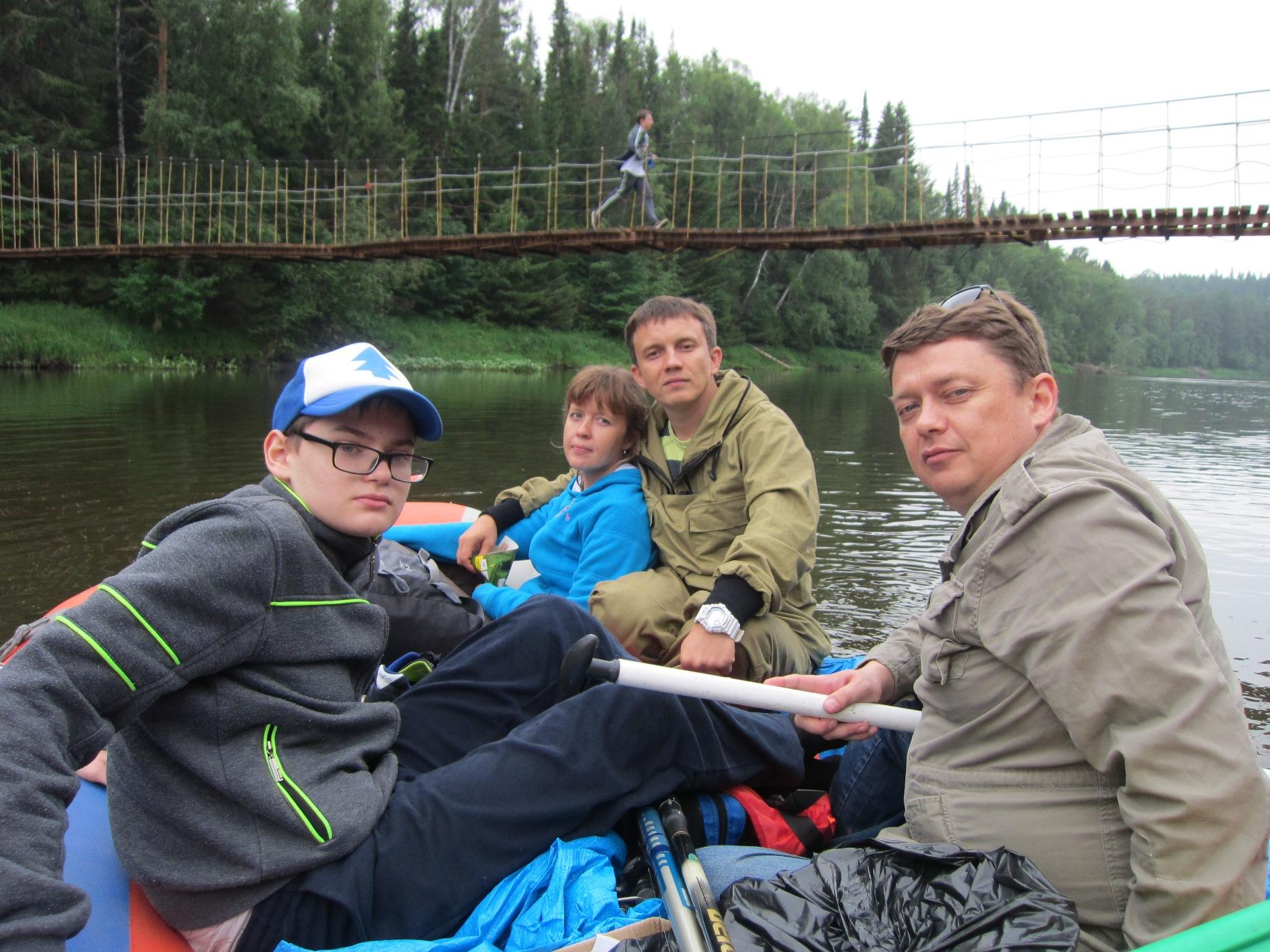 Экипаж рафта № 1 на фоне Аннушкиного моста (08.07.2015)