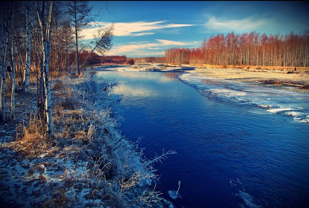 ©Alexey NagornovРека Хасан, Магаданская область. Она приходит неуверенно, постепенно окутывая горо