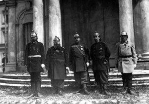 Группа членов совета пожарного общества,  одетых в форму пожарных в день празднования десятилетия со дня основания общества в Петропавловской крепости.