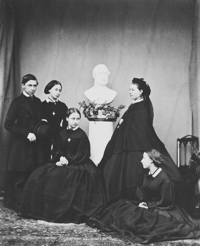 Принцесса Алиса с сестрами и братом Альфредом у бюста покойного отца. Замок Виндзор, 1862 г.