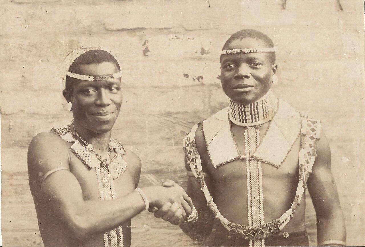 1895. Двое мужчин